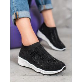 Kövekkel díszített fekete cipő